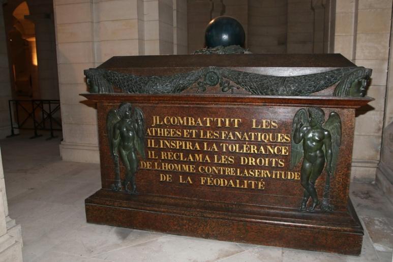 Cercueil de Voltaire dans la crypte du Panthéon (Paris).