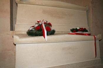 Cercueils de Pierre et Marie Curie dans la crypte du Panthéon (Paris).