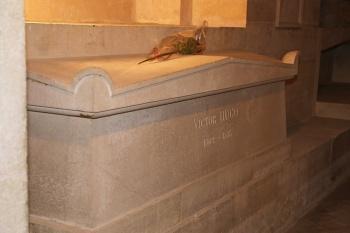 Cercueil de Victor Hugo dans la crypte du Panthéon (Paris).