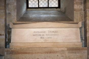 Cercueil d'Alexandre Dumas dans la crypte du Panthéon (Paris).