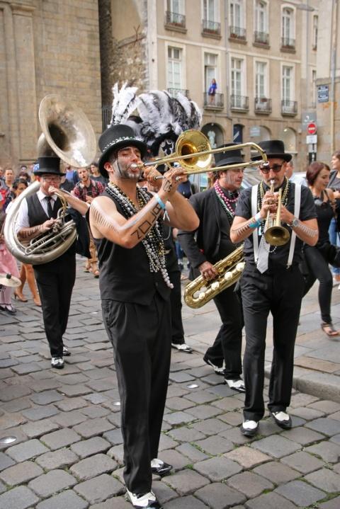 Parade musicale dans la rue Duguesclin (Rennes, septembre 2016).