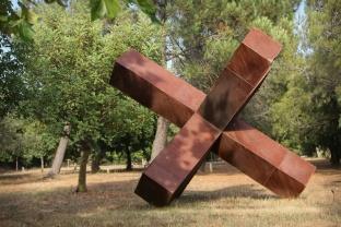 """""""Mégalo X"""", de David Vanorbeek, exposé dans l'arboretum des Mas du Roussillon (Canet-en-Roussillon, Pyrénées-Orientales). Métal recyclé, soudé, 350x350x350 cm."""