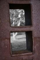"""""""In the Forest"""", de David Vanorbeek, exposé dans l'arboretum des Mas du Roussillon (Canet-en-Roussillon, Pyrénées-Orientales). Métal recyclé, soudé, 340x150x30 cm."""