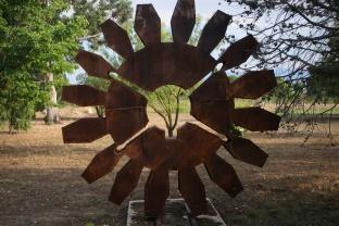 """""""Vive l'évolution"""", de David Vanorbeek, exposé dans l'arboretum des Mas du Roussillon (Canet-en-Roussillon, Pyrénées-Orientales). Métal recyclé, soudé, 250x250x25 cm."""