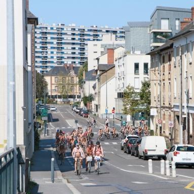 Cyclonue 2020 de Rennes (WNBR). Arrivée des cyclistes sur la rue Vanneau.