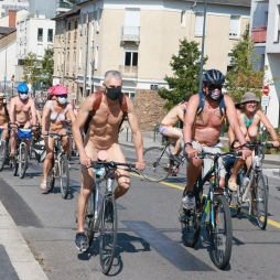 Cyclonue 2020 de Rennes (WNBR). Arrivée des cyclistes sur le pont Malakoff.