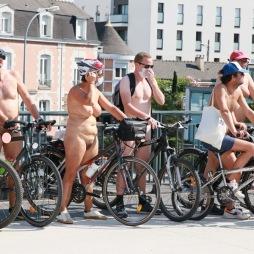 Cyclonue 2020 de Rennes (WNBR). Arrêt photos sur le pont Malakoff.